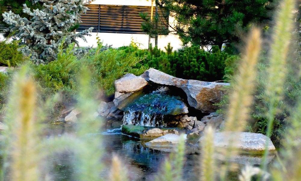 Solutia noastra: lac cu cascada de munte