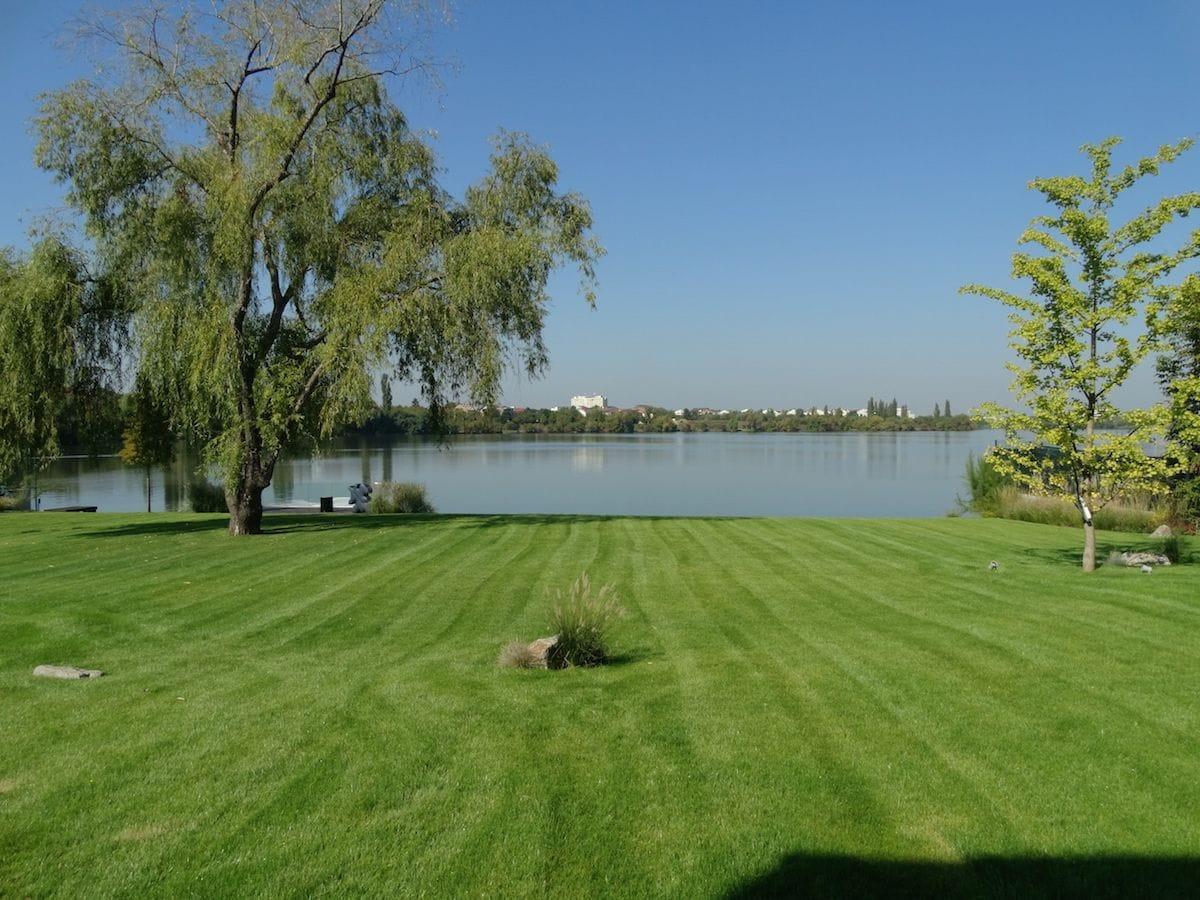 Peluza de gazon cu vedere spre lac